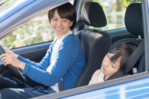 運転している女性